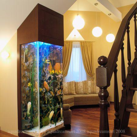 Аквариум в мансарде. Дополнить уютный интерьер мансардного этажа аквариумом оказалось отличной идеей, придающей ему совершенно непривычные, но в тоже время удивительно органичные черты.