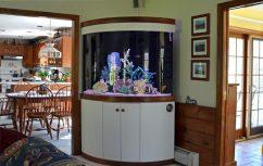 Большой угловой аквариум в интерьере коттеджа