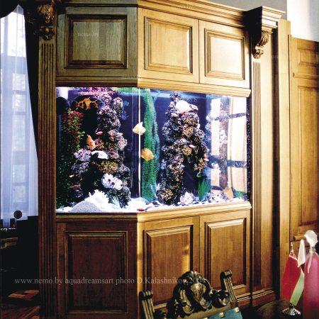 Тяжелый классический стиль - это всегда отражение достоинства и респектабельности владельца, аквариум в таком интерьере должен быть массивным и основательным.