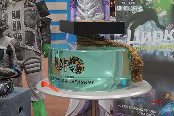 Сам флакон цилиндрической формы изготовила компания AquaDreams,Art . В качестве материала мы использовали акриловое стекло Plexiglass GS 20mm.