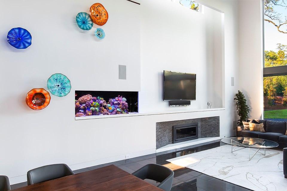 Маленький аквариум встроенный в стену