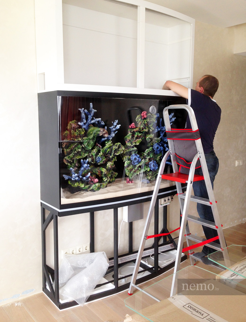 Установка аквариума до зашивки мебелью