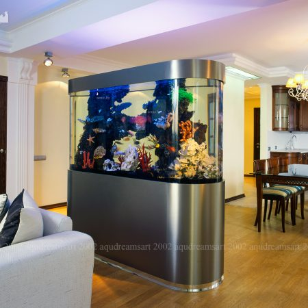 Аквариум разделяющий гостиную от кухни